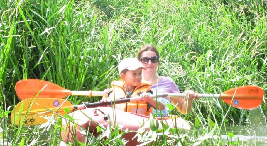 W lesie, nad wodą, na rowerze